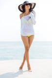 Lycklig ung kvinna i bikini- och strandhatt arkivfoto