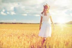Lycklig ung kvinna i blommakrans på sädes- fält Royaltyfria Foton