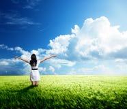 Lycklig ung kvinna i den vita klänningen Fotografering för Bildbyråer