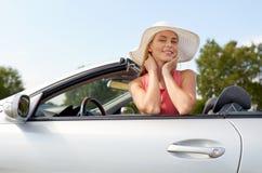 Lycklig ung kvinna i konvertibel bil royaltyfri fotografi