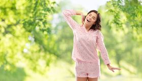 Lycklig ung kvinna, i pajamastr arkivfoto