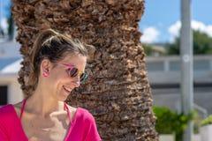 Lycklig ung kvinna i rosa skjorta royaltyfria foton