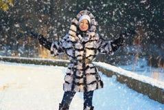 Lycklig ung kvinna i vinter Arkivbild