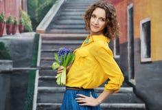 Lycklig ung kvinna med blommor Royaltyfria Foton