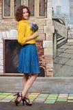 Lycklig ung kvinna med buketten av blommor Fotografering för Bildbyråer
