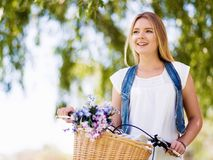 Lycklig ung kvinna med cykeln Royaltyfri Bild