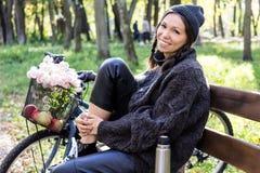 Lycklig ung kvinna med cykeln royaltyfria foton