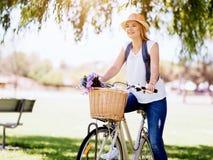Lycklig ung kvinna med cykeln arkivfoton