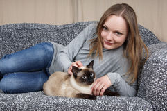Ung kvinna med katten royaltyfri bild