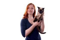 Ung kvinna med katten fotografering för bildbyråer