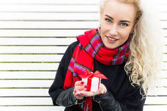 Lycklig ung kvinna med en gåvavinter Fotografering för Bildbyråer
