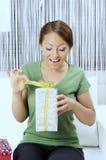 Lycklig ung kvinna med gåvaaskar royaltyfri bild