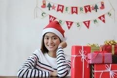 Lycklig ung kvinna med gåvaasken för många jul glad jul royaltyfri fotografi