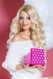 Lycklig ung kvinna med gåvan Arkivbild