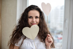 Lycklig ung kvinna med hjärtaförälskelsesymbol Royaltyfri Bild