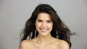 Lycklig ung kvinna med långt brunt lockigt hår stock video