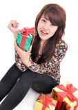 Lycklig ung kvinna med massor av gåvor Arkivbild