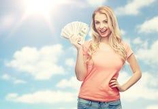 Lycklig ung kvinna med pengar för USA-dollarkassa royaltyfri fotografi