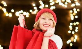 Lycklig ung kvinna med shoppingpåsar på jul arkivbild