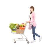 Lycklig ung kvinna med shoppingvagnen arkivbild