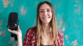 Lycklig ung kvinna med virtuell verklighethörlurar med mikrofon stock video