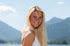 Lycklig ung kvinna på en sjö i bergen Royaltyfria Foton