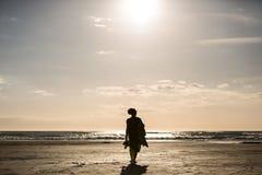 Lycklig ung kvinna på strand Arkivbilder