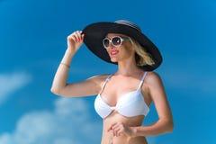 Lycklig ung kvinna på stranden, den utomhus- ståenden för härlig kvinnlig framsida, den avslappnande yttersidan för nätt sund fli Arkivbild