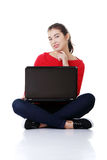 Lycklig ung kvinna som använder henne bärbar dator Fotografering för Bildbyråer