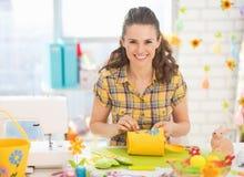 Lycklig ung kvinna som gör easter garnering royaltyfri foto