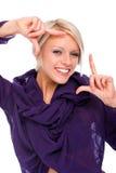 Lycklig ung kvinna som gör en ram att göra en gest arkivbild