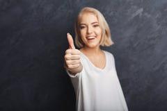Lycklig ung kvinna som ger tumme övre gest Arkivbilder
