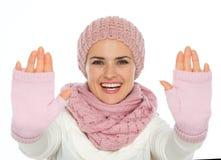 Lycklig ung kvinna som inramniner med händer Arkivbild