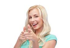 Lycklig ung kvinna som pekar fingret till dig Arkivfoton