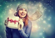 Lycklig ung kvinna som rymmer en närvarande ask Arkivfoto