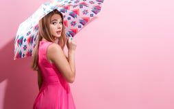 Lycklig ung kvinna som rymmer ett paraply Royaltyfria Foton