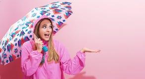 Lycklig ung kvinna som rymmer ett paraply Arkivfoton