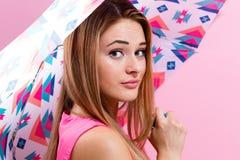 Lycklig ung kvinna som rymmer ett paraply Royaltyfri Bild