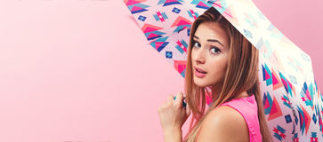 Lycklig ung kvinna som rymmer ett paraply Royaltyfri Foto