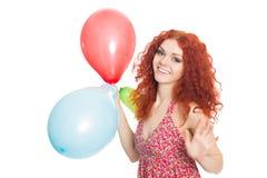 Lycklig ung kvinna som rymmer färgrika ballonger Fotografering för Bildbyråer