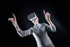 Lycklig ung kvinna som ser in i exponeringsglas 3d Fotografering för Bildbyråer