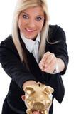 Lycklig ung kvinna som sätter myntet in i spargrisen Arkivbild