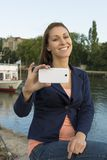 Lycklig ung kvinna som tar bilder med den smarta telefonen Royaltyfria Foton
