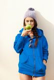 Lycklig ung kvinna som äter Apple Arkivfoto