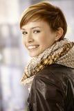 Lycklig ung kvinna som tillbaka ser Fotografering för Bildbyråer