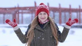 Lycklig ung kvinna som tycker om första snö stock video