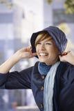 Lycklig ung kvinna som tycker om sent höstsolsken Arkivbilder