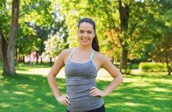 Lycklig ung kvinna som utomhus övar Royaltyfria Foton