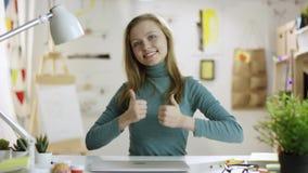 Lycklig ung kvinna som visar två tummar stock video