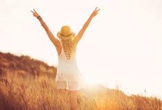 Lycklig ung kvinna utomhus på Susnet Modelivsstil arkivbild